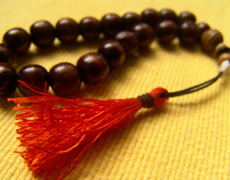 beads-on-yellow