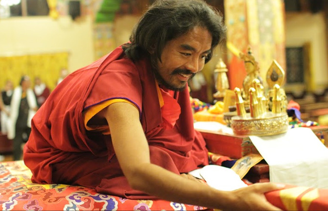 Mingyur Rinpoche bei einer traditionellen Segenszeremonie für Mönche und Mitglieder der Gemeinschaft im Kloster Sherabling. Foto Paul McGowan