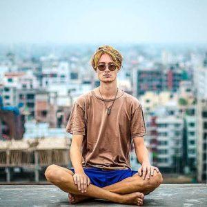 Meditierender auf dem Dach